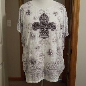 White short sleeve shirt with fleur-de-lis design